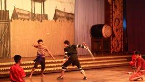 Artisti pieghi che eseguono cultura e ballo tradizionale archivi video