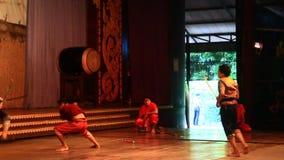 Artisti pieghi che eseguono cultura e ballo tradizionale stock footage