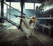 Artistiek beeld van het geklede vrouwelijke model Stock Fotografie