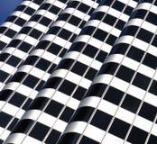 Artistiek geometrisch ontwerp Bouwend buitenarchitectuursamenvatting die zebrapad of gestreept patroon vormt Stock Foto's