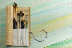 Artistiek, kunstenaar, art. Gebruikte kunstenaarspenselen mastehin op houten achtergrond Royalty-vrije Stock Fotografie
