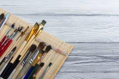 Artistiek, kunstenaar, art. Gebruikte kunstenaarspenselen mastehin op houten achtergrond Stock Foto