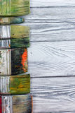 Artistiek, kunstenaar, art. Gebruikte kunstenaarspenselen mastehin op houten achtergrond Royalty-vrije Stock Afbeelding