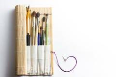 Artistiek, kunstenaar, art. Gebruikte kunstenaarspenselen mastehin op witte achtergrond Stock Fotografie