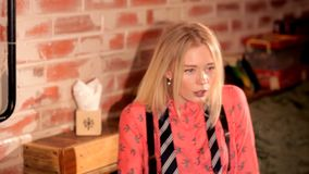Artistiek meisje in het restaurant die een cocktail drinken stock videobeelden