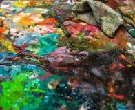 Artistiek paletmes op een houten palet royalty-vrije stock afbeelding