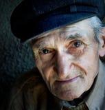 Artistiek portret van de vriendschappelijke hogere oude mens Stock Fotografie