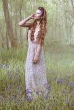 Artistiek portret van een meisje in een klokjebos stock foto's