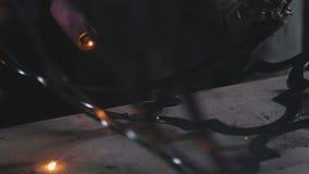 Artistiek smeedstuk Decoratieve metaalproducten Close-up: kunstsmeedstuk stock footage