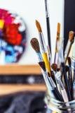 Artistieke apparatuur Borstels en verven voor tekening Punten voor kinderen` s creativiteit Royalty-vrije Stock Foto