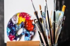 Artistieke apparatuur Borstels en verven voor tekening Punten voor kinderen` s creativiteit Stock Foto's