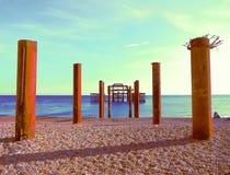 Artistieke Brighton West Pier en pijlers - blauw stock afbeeldingen