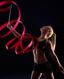 Artistieke foto van vrouwelijke danser met lint royalty-vrije stock foto