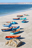 Artistieke groep boten op kust Stock Foto