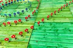 Artistieke houten tuin met bloemen Stock Foto