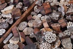Artistieke houten zegels Goederen van openluchtmarkt Stock Afbeelding