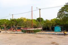 Artistieke installatie van een varende boot in Bayahibe, La Altagracia, Dominicaanse Republiek Exemplaarruimte voor tekst Stock Fotografie