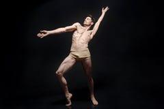 Artistieke jonge danser die in de zwarte ruimte presteren royalty-vrije stock fotografie