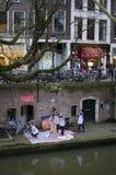 Artistieke kunst het schilderen workshop over riviervoorzijde enkel naast het water Stock Foto