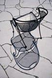 Artistieke Ontwerpstudie van Smeedijzerstoel en Flagstoneterras stock fotografie