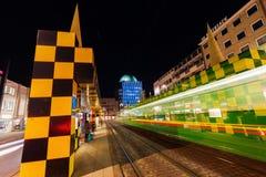 Artistieke tramschuilplaats in Steintor in Hanover, Duitsland, bij nacht Stock Fotografie