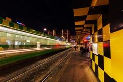 Artistieke tramschuilplaats in Steintor in Hanover, Duitsland, bij nacht Royalty-vrije Stock Afbeelding