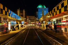 Artistieke tramschuilplaats in Steintor in Hanover, Duitsland, bij nacht Stock Afbeelding