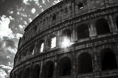 Artistieke zon door Colosseum stock afbeelding