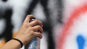Artisting κινηματογράφηση σε πρώτο πλάνο ζωγραφικής γκράφιτι απόθεμα βίντεο