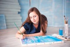 Artiston η ζωγραφική πατωμάτων Στοκ φωτογραφία με δικαίωμα ελεύθερης χρήσης