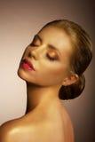 artistry Il fronte della donna bronzata fantastica Art Gold Makeup futuristico Fotografia Stock