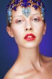 artistry Retrato do estúdio da jovem mulher com joias Fotos de Stock Royalty Free