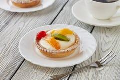 Artlets με την κρέμα και τα φρούτα Στοκ εικόνα με δικαίωμα ελεύθερης χρήσης