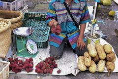 Artocarpus heltal i den traditionella marknaden royaltyfri bild