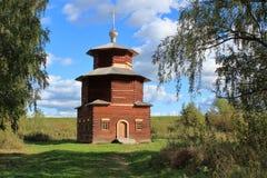 Artonde-nittonde århundradekapell från byn av Pritykino, Sharyinsky område, Kostroma region arkivfoto