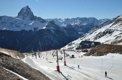 Artouste skidar semesterorten mot d'Ossauen för maximumdu Midi Arkivbilder