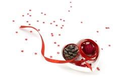 ArtPicture κορδελλών μορφής αγάπης με την κόκκινη κορδέλλα, το μικρές κύπελλο μορφής καρδιών και τις διακοσμήσεις Στοκ Εικόνες