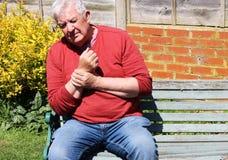 Artrit för hållande handled för man smärtsam arkivbilder
