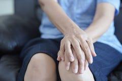Artritis oud persoon en bejaardewijfje die aan pai lijden Stock Afbeeldingen