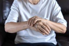 artritis oud persoon en Bejaardewijfje die osteoart lijden Stock Fotografie