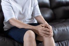 artritis oud persoon en Bejaardewijfje die osteoart lijden Stock Afbeeldingen