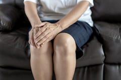 artritis oud persoon en Bejaardewijfje die osteoart lijden Stock Foto