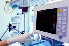 Arts aan het werk met de medische monitor. Stock Fotografie
