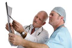 Arts & Intern die Röntgenstraal onderzoeken Stock Afbeeldingen