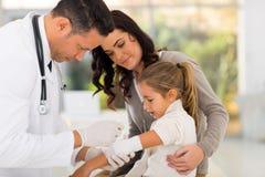 Arts Bandaging Patient Stock Afbeelding