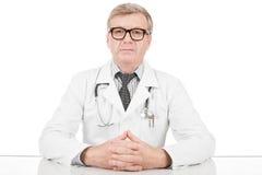 Arts bij zijn werkend bureau Royalty-vrije Stock Afbeelding
