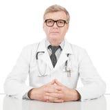 Arts bij zijn werkend bureau - 1 tot 1 verhouding beeld stock fotografie