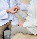 Arts Comforting Female Patient stock afbeelding