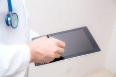Arts die aan een digitale tablet werkt royalty-vrije stock afbeelding