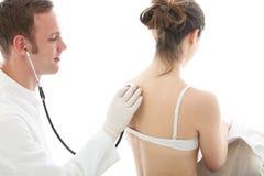 Arts die aan een geduldige ademhaling luistert Stock Afbeeldingen